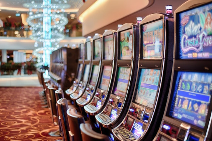 En rad med olika spelautomater